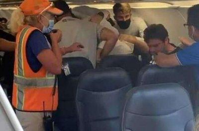 老人拒绝戴口罩遭乘客围殴 美国一老人拒绝戴口罩遭乘客围殴